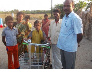 14.03.23 - Panjantirthi, Kutti consegna bici a Nandhini
